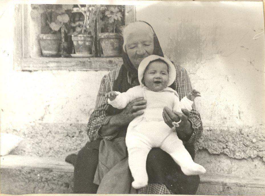 Image: Prababica pri pestovanju, l. 1971